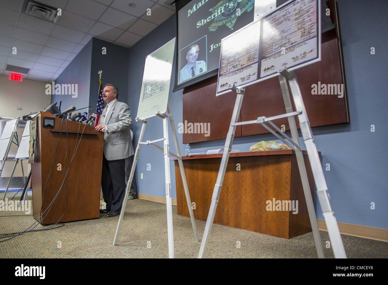 July 17 2012 arizona us mike zullo the volunteer volunteer investigator used by maricopa county sheriff joe arpaio announces his findings that president barrack obamas birth certificate is a fraud xflitez Gallery