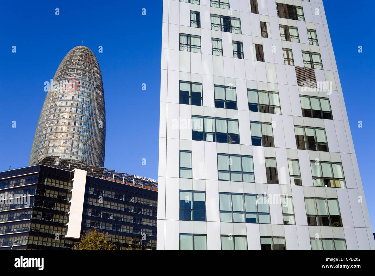 Torre agbar skyscraper and novotel hotel on avenue for Ave hotel barcelona madrid