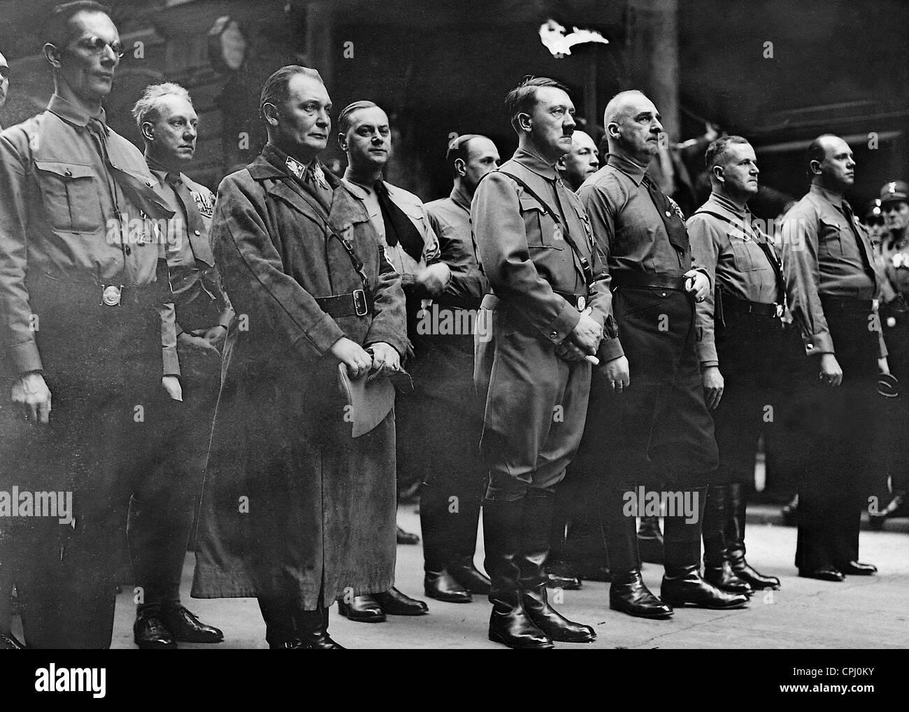 about alfred rosenberg and hitlers ancestors Obwohl es rosenberg während hitlers haft nicht gelungen war, die nsdap zusammenzuhalten, gehörte er 1926 beim marsch durch weimar zur führungsriege der partei (l.
