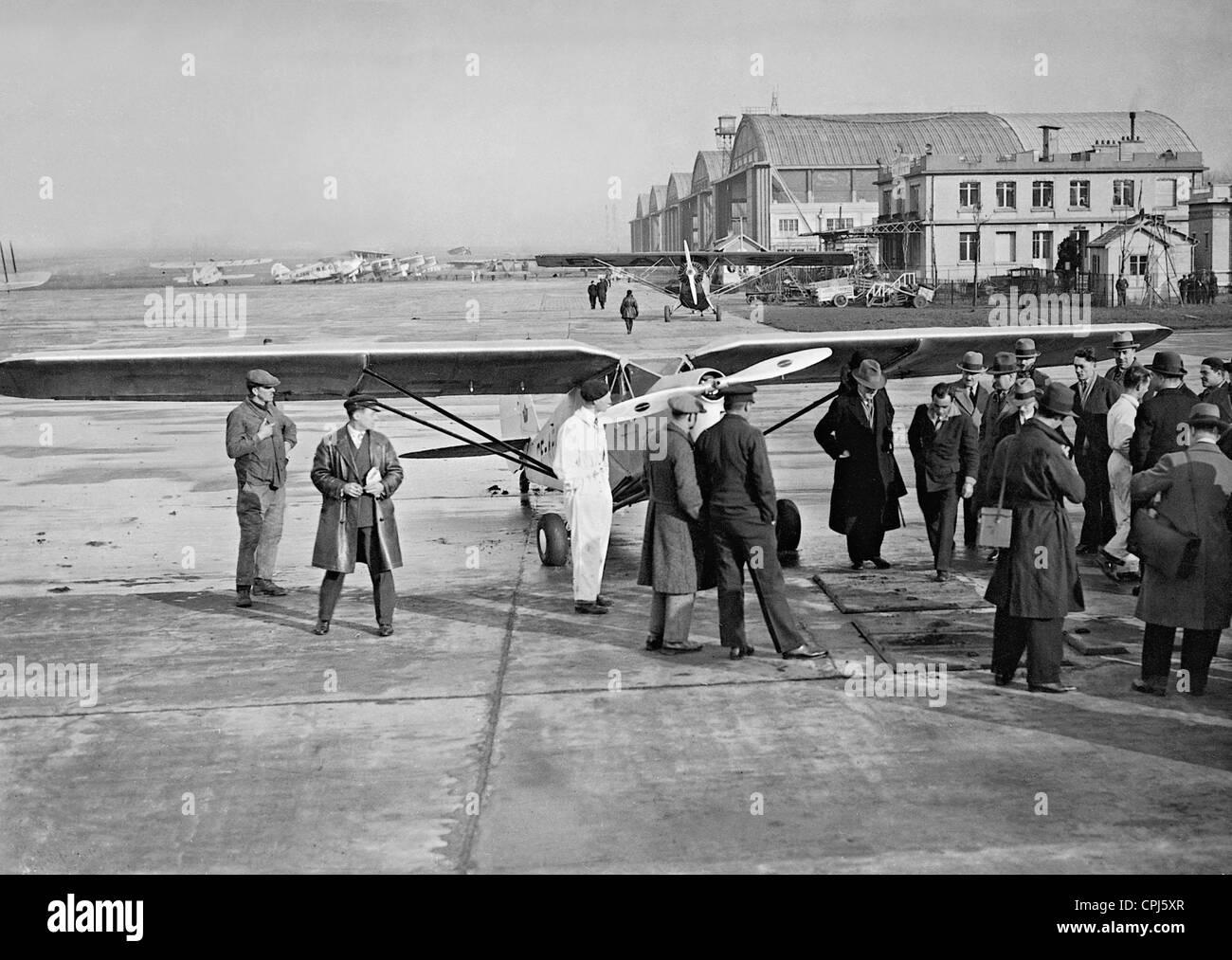 Bert hinkler lands at 39 le bourget 39 airport in paris 1931 for Bourget paris