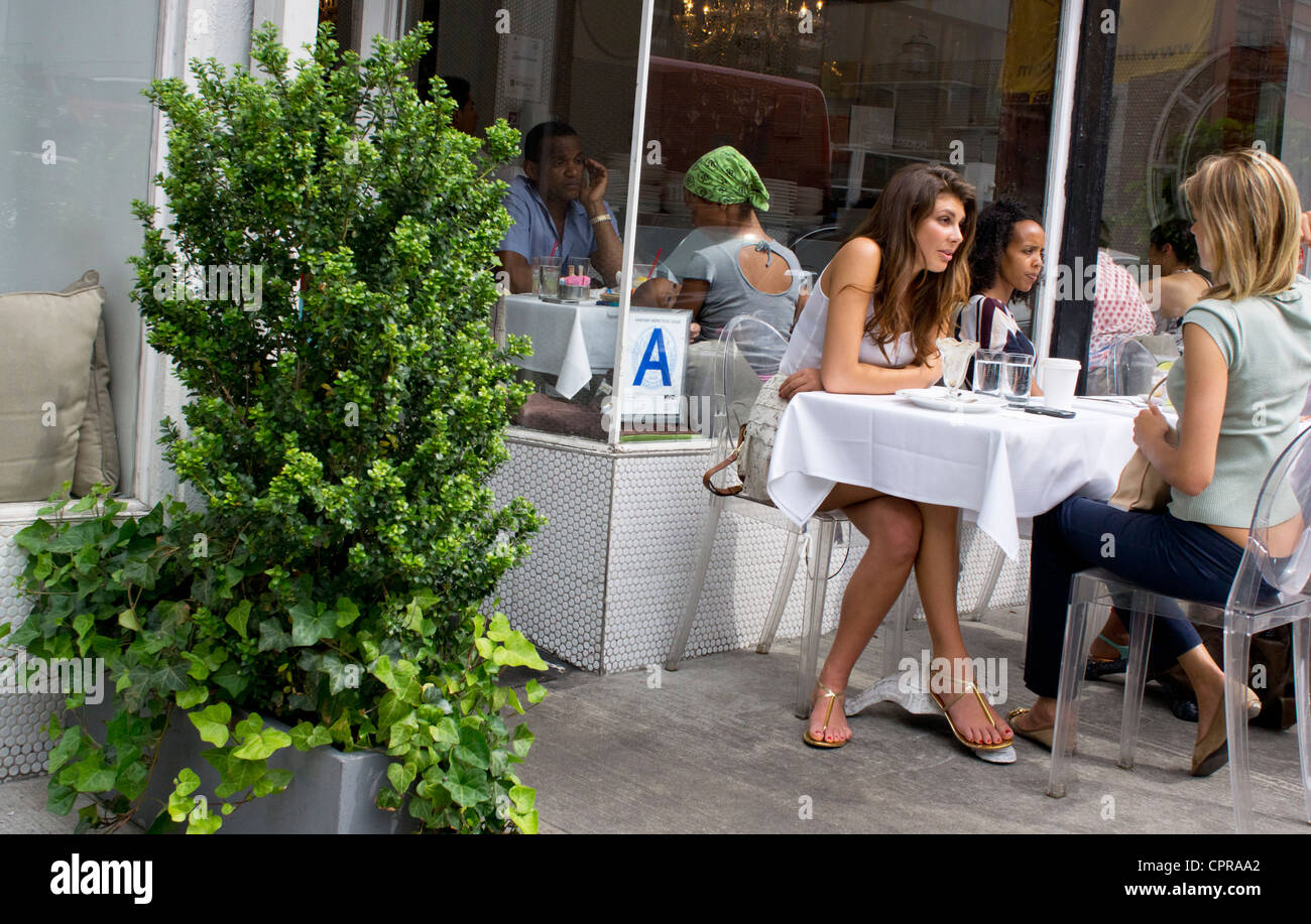two-young-women-having-an-alfresco-lunch