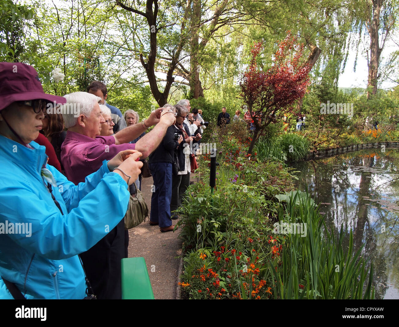 Tourists photographing at le jardin de claude monet - Livre le jardin de monet ...