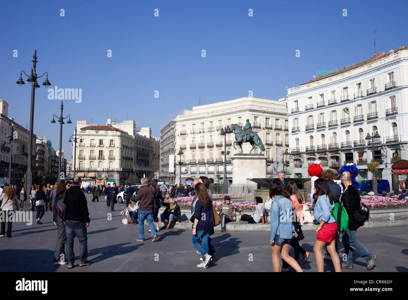 Local people and tourists on busy puerta del sol in madrid for Plaza puerta del sol madrid spain