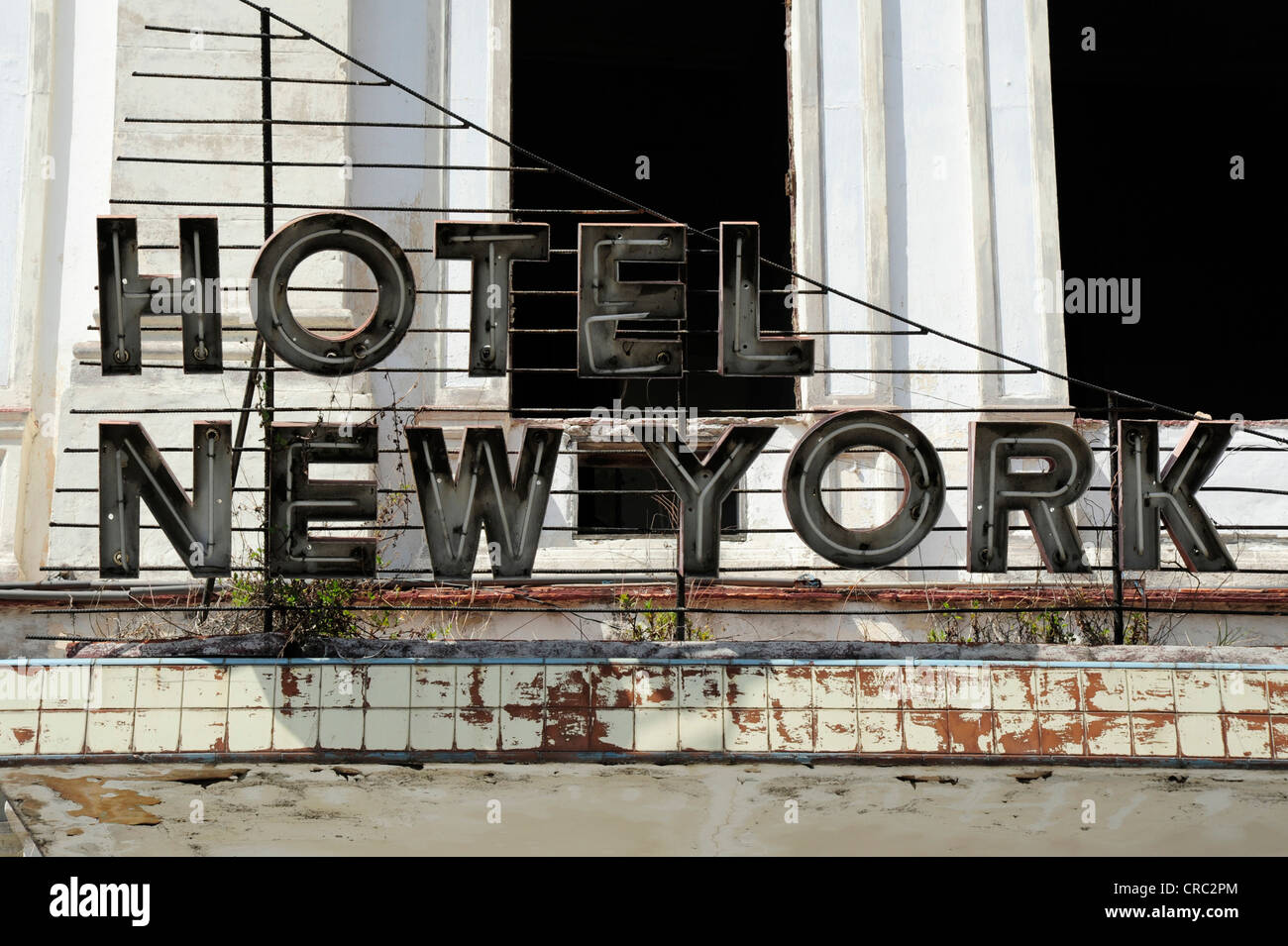 New york hotel old neon sign in the city centre of havana for Hotel centro new york