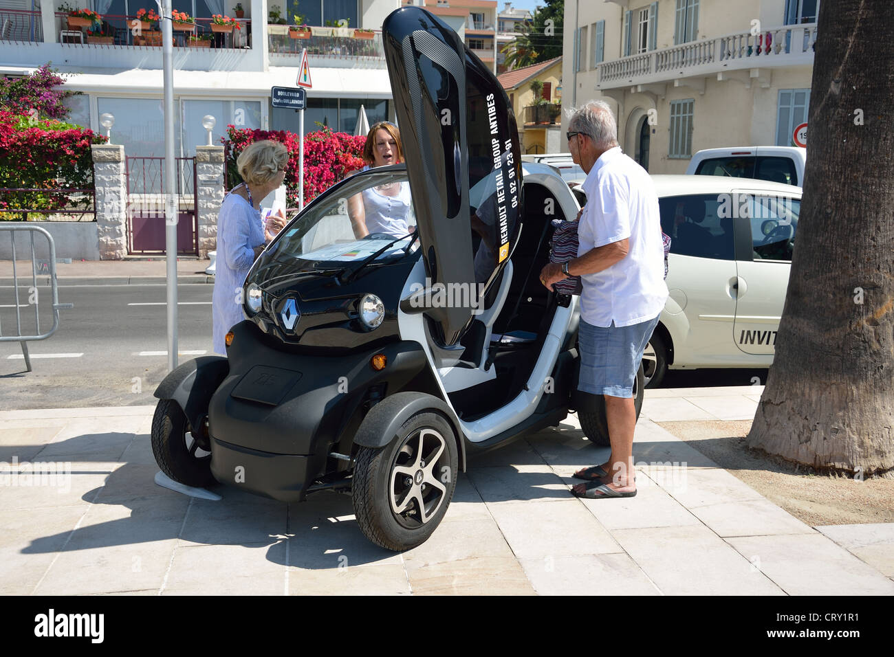 renault electric quadricycle car on seafront juan les. Black Bedroom Furniture Sets. Home Design Ideas