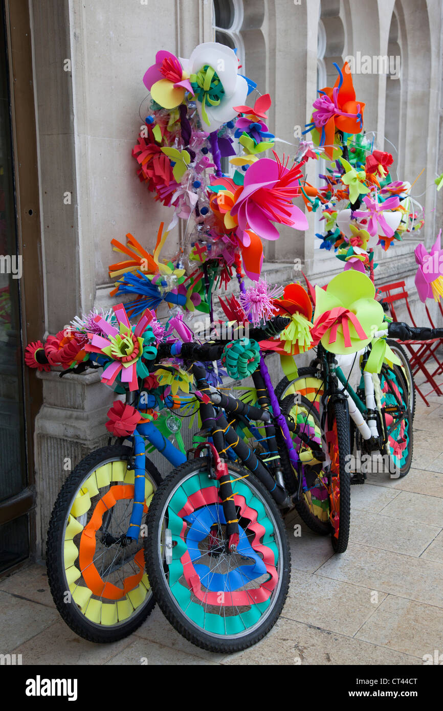 Colourfully decorated bicycles with recycled materials for for Bike decorating ideas