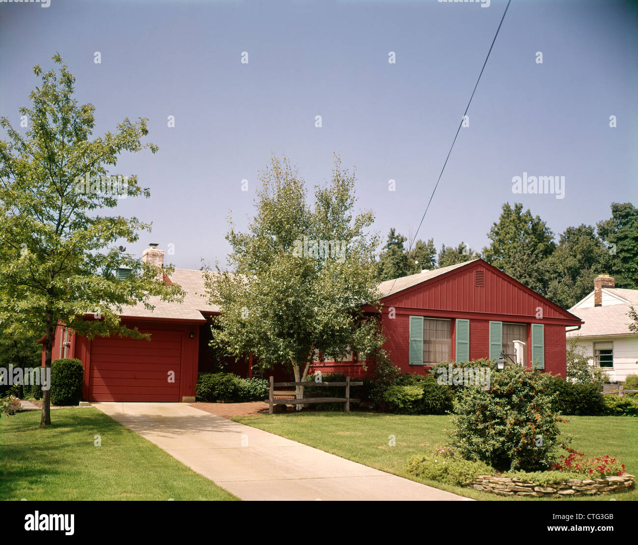1960s RED RANCH STYLE SUBURBAN HOME HOUSE DRIVEWAY SINGLE CAR GARAGE
