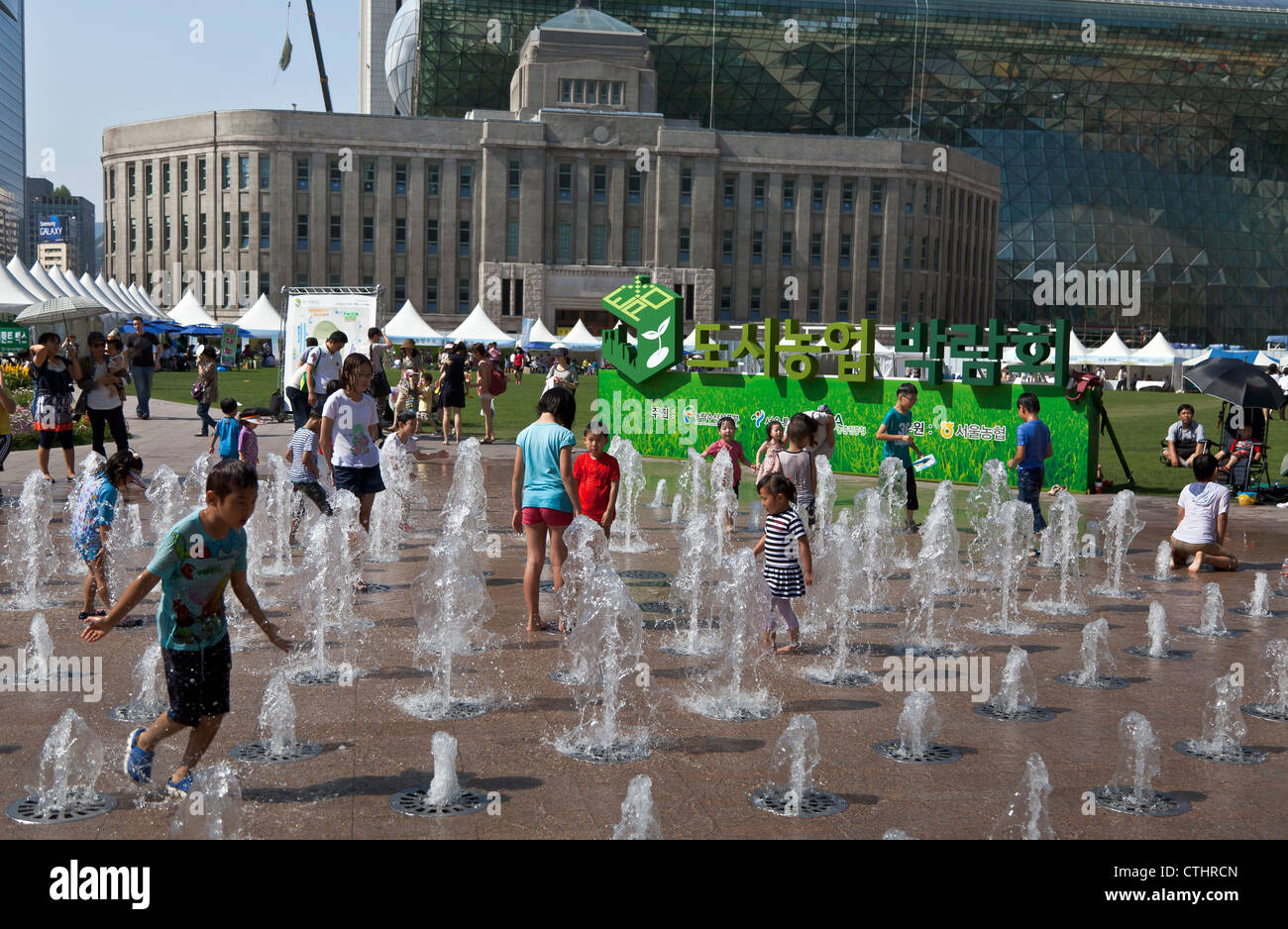 Attrayant Children Play In The Water At Seoul Plazau0027s Floor Water Fountain