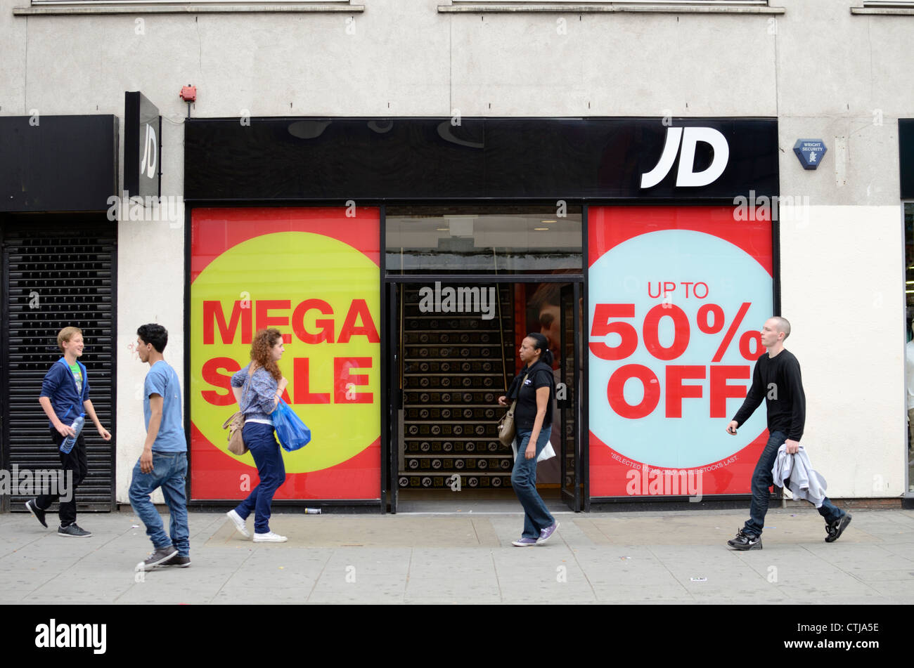 What's great about JD Sports is they always have tons of runners and sports clothing up for sale, especially in the kid's section. Kids grow out of clothes and footwear faster than the ice melts into your drink, so getting a good deal on kids clothing is always exciting.