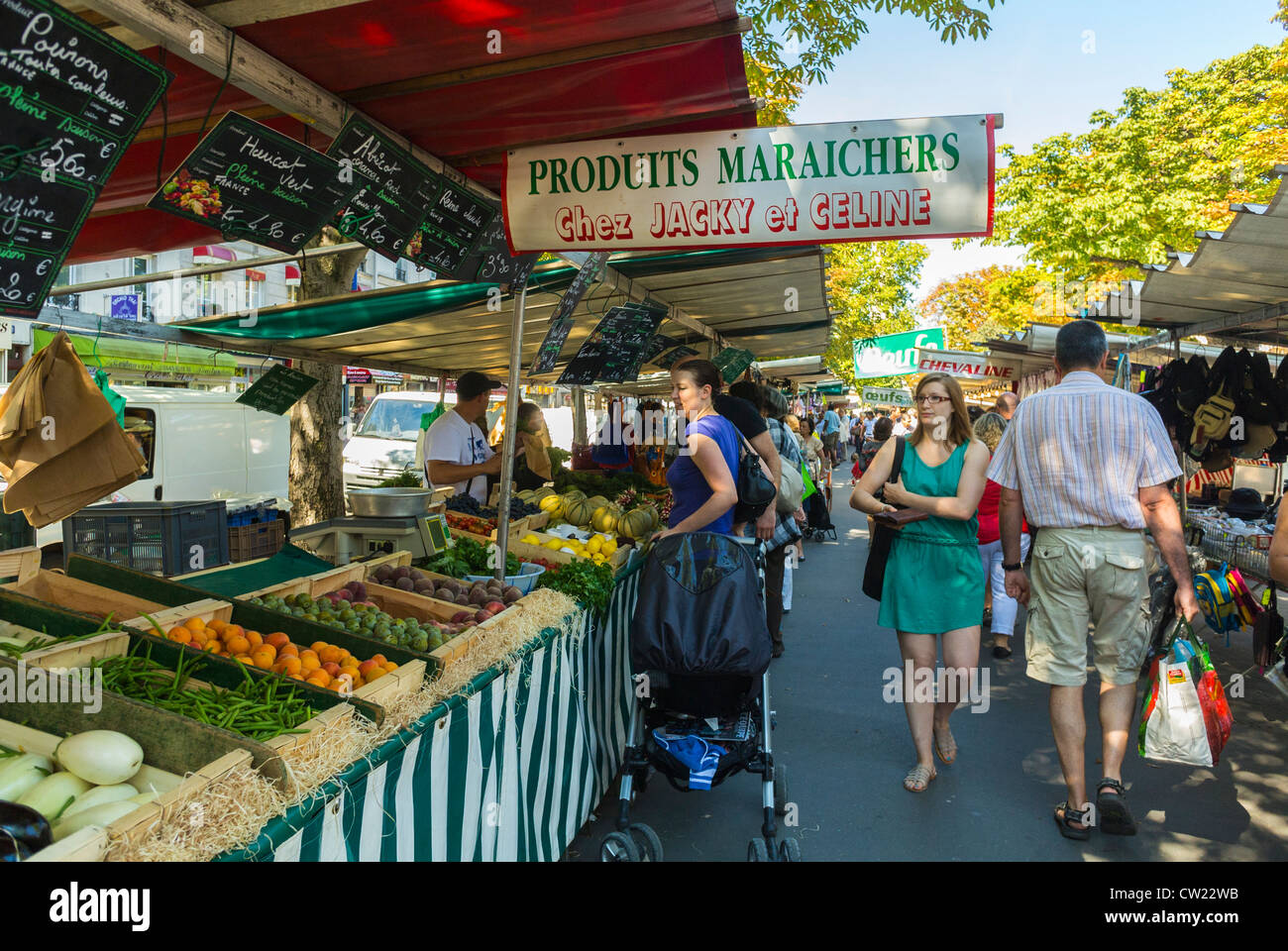 Paris france people shopping in outdoor french farmers for Outdoor food market