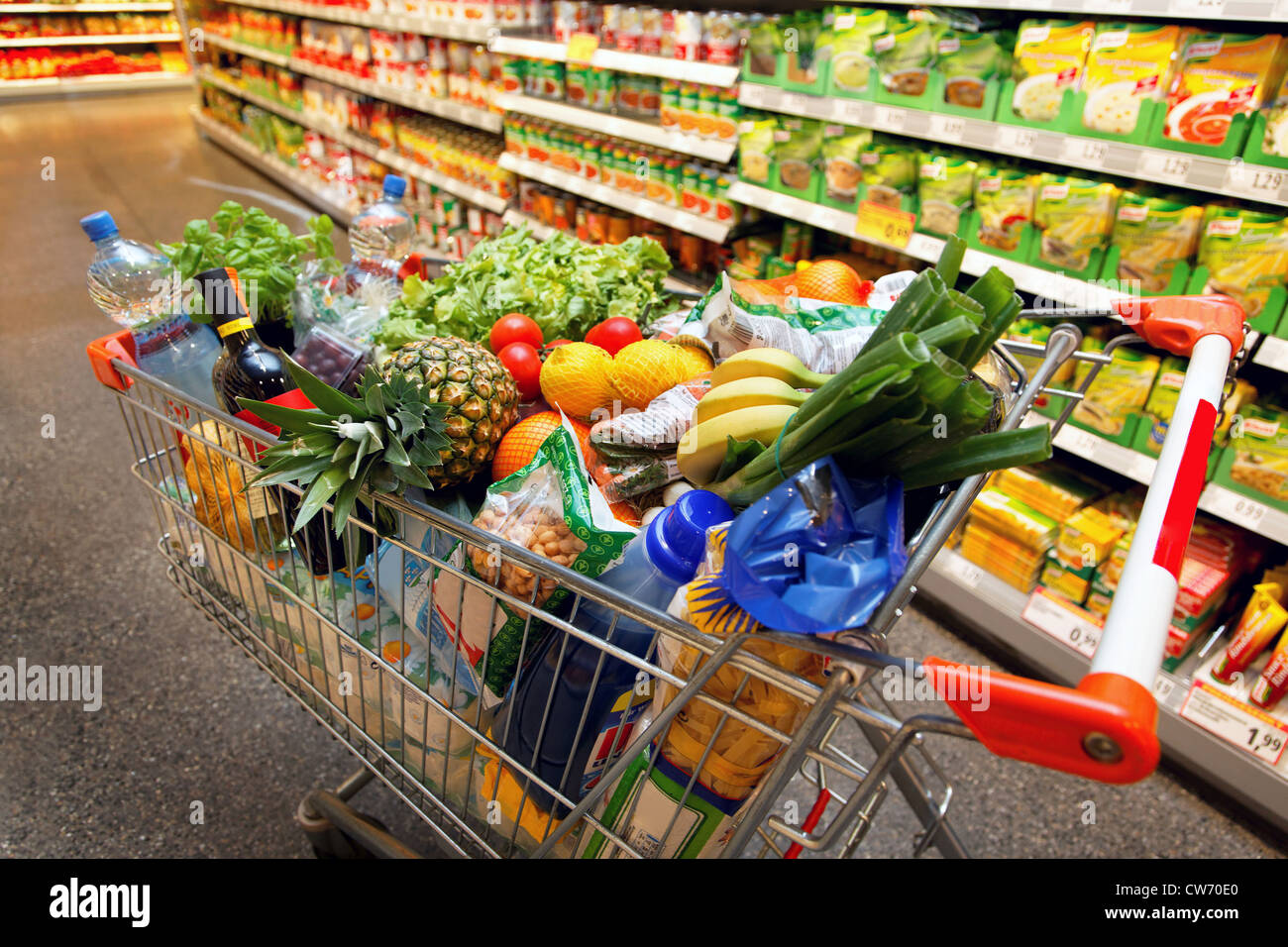 Full shopping cart with fruits vegetables food in for Shopping cuisine