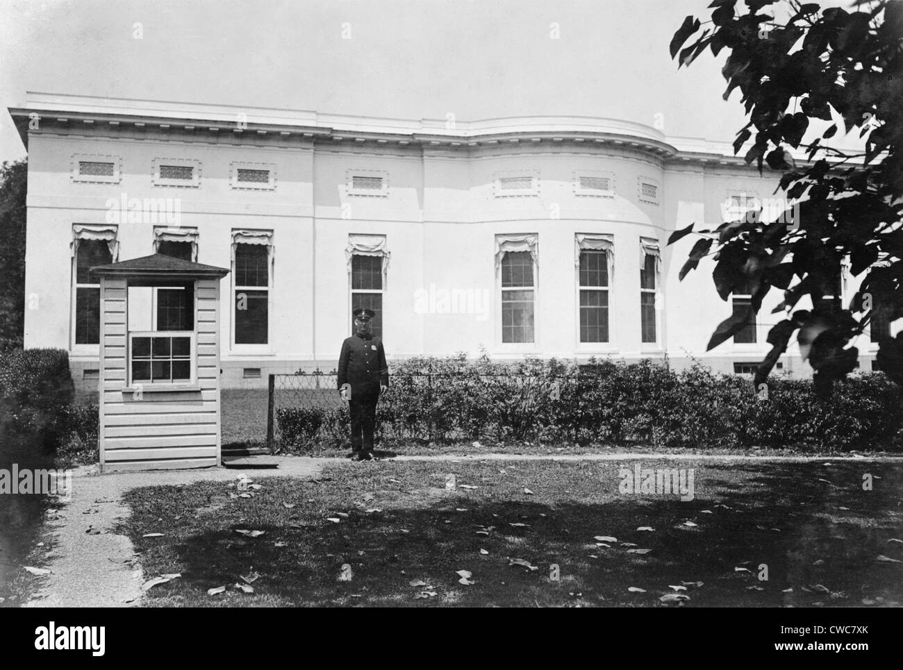 west wing oval office. Police Box And Guard In The Rear Of West Wing White House. At Center Left Are Three Windows Oval Office
