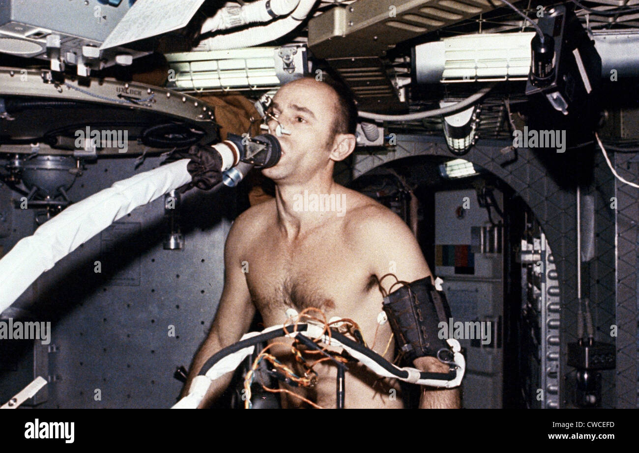 Die Erde, in der wir leben und der Raum, der die Welt ist - Seite 40 Skylab-3-astronaut-allen-bean-on-the-ergometer-breathing-into-the-CWCEFD