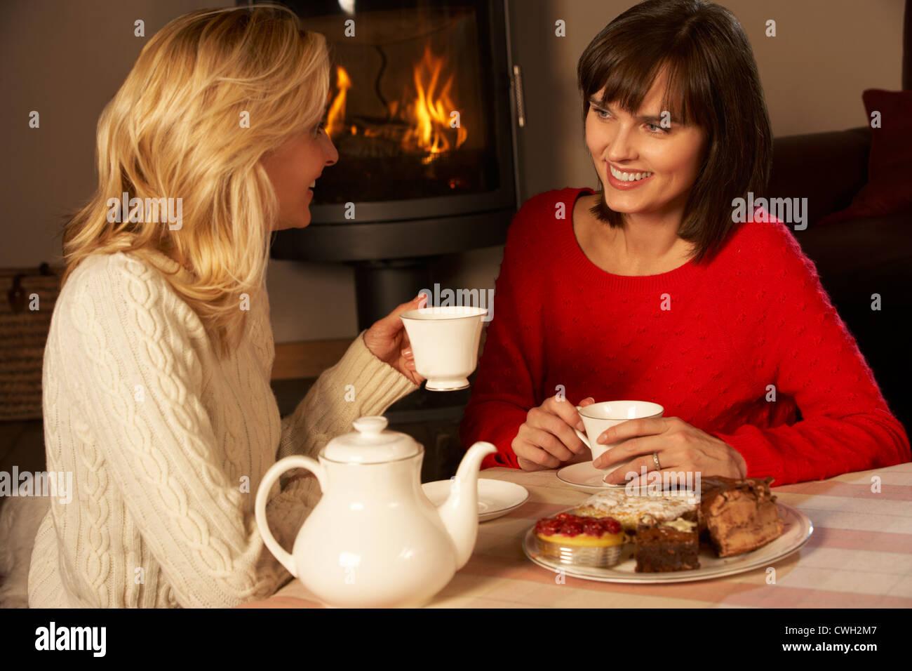 Реклама две подружки на диване пьютпиво и одна за 800 роблей грызет у другой на ноге ноктпи педикюр фото 23 фотография