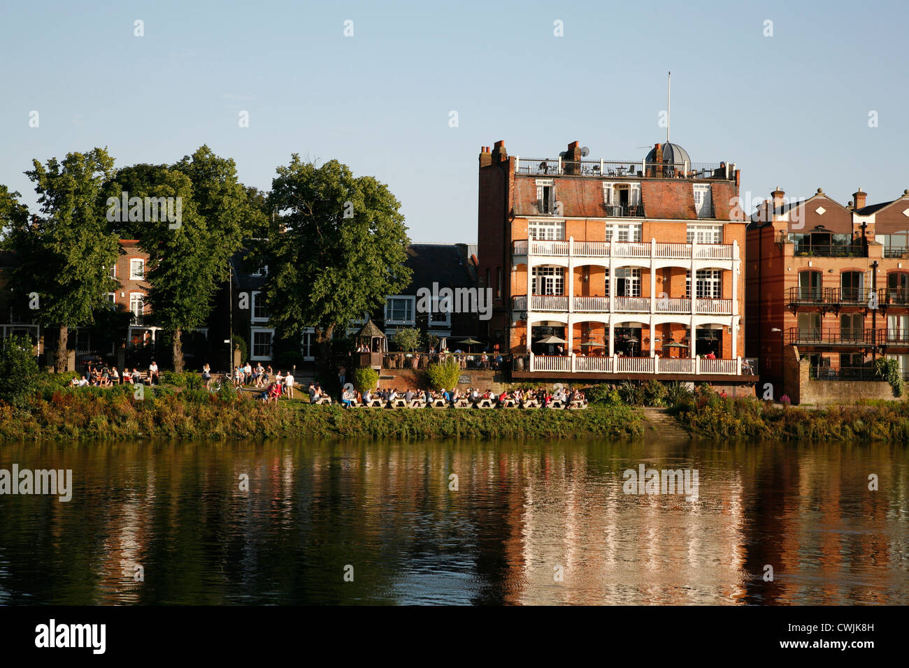 View across the River Thames to the White Hart pub in ...