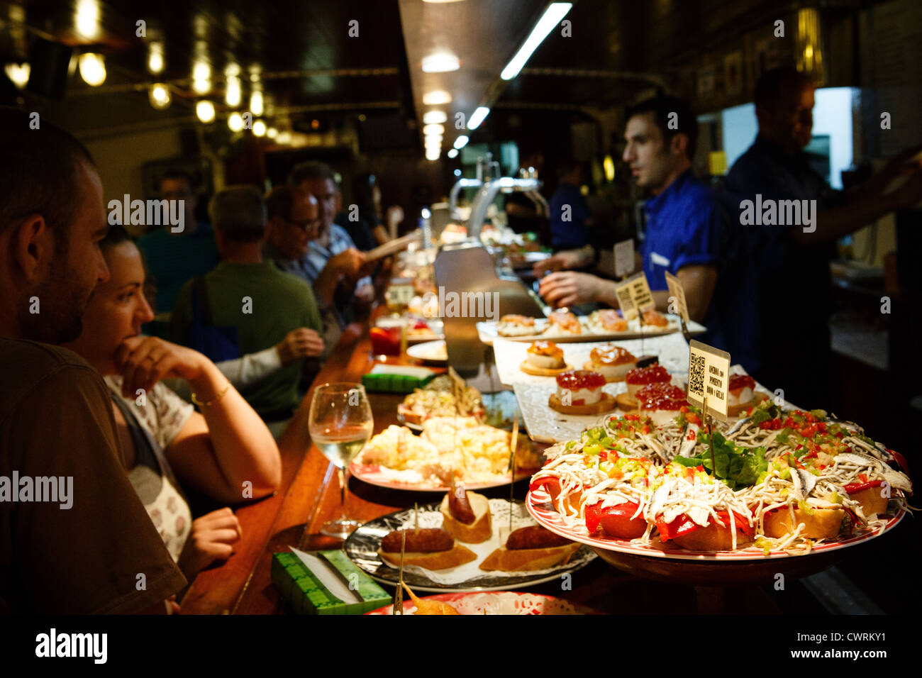 30 8 12 tapas bar txalupa c ferm n calbet n san sebasti n spain stock photo royalty free for Cuisine bar tapas