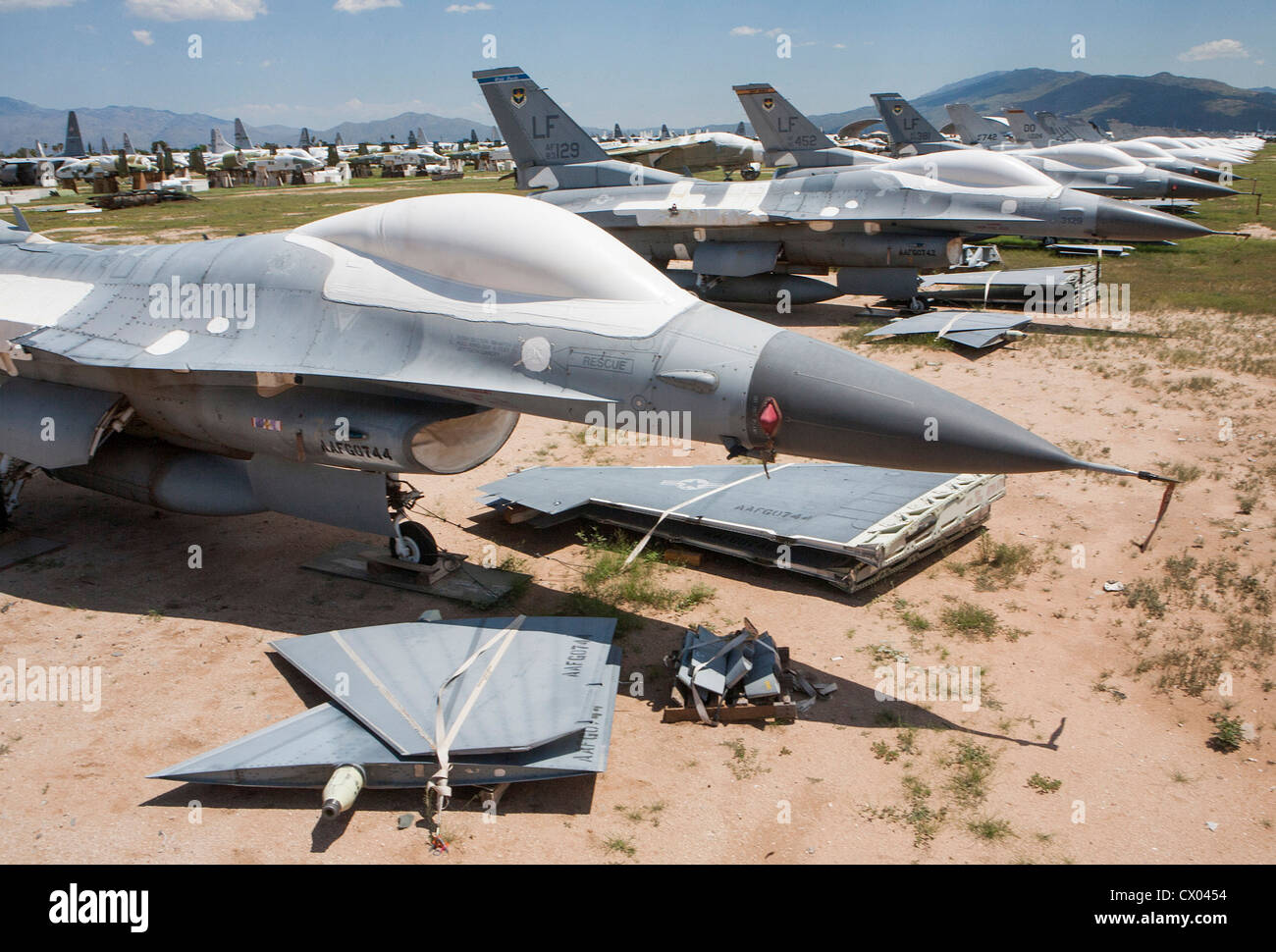 Argentina compra t6 texan F-16-fighting-falcon-aircraft-in-storage-at-the-309th-aerospace-maintenance-CX0454