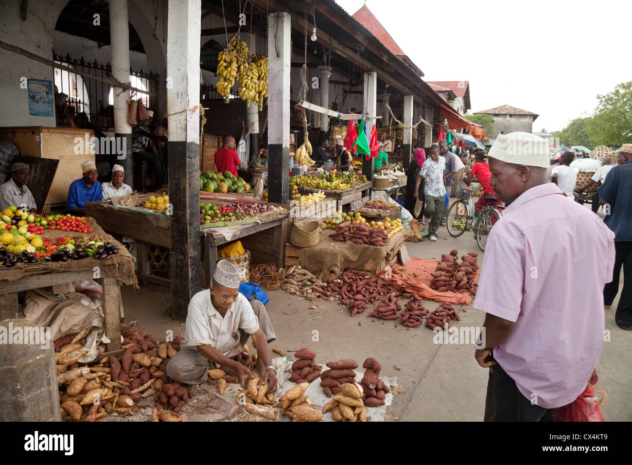 Local people shopping for food in darajani market stone for Shopping cuisine