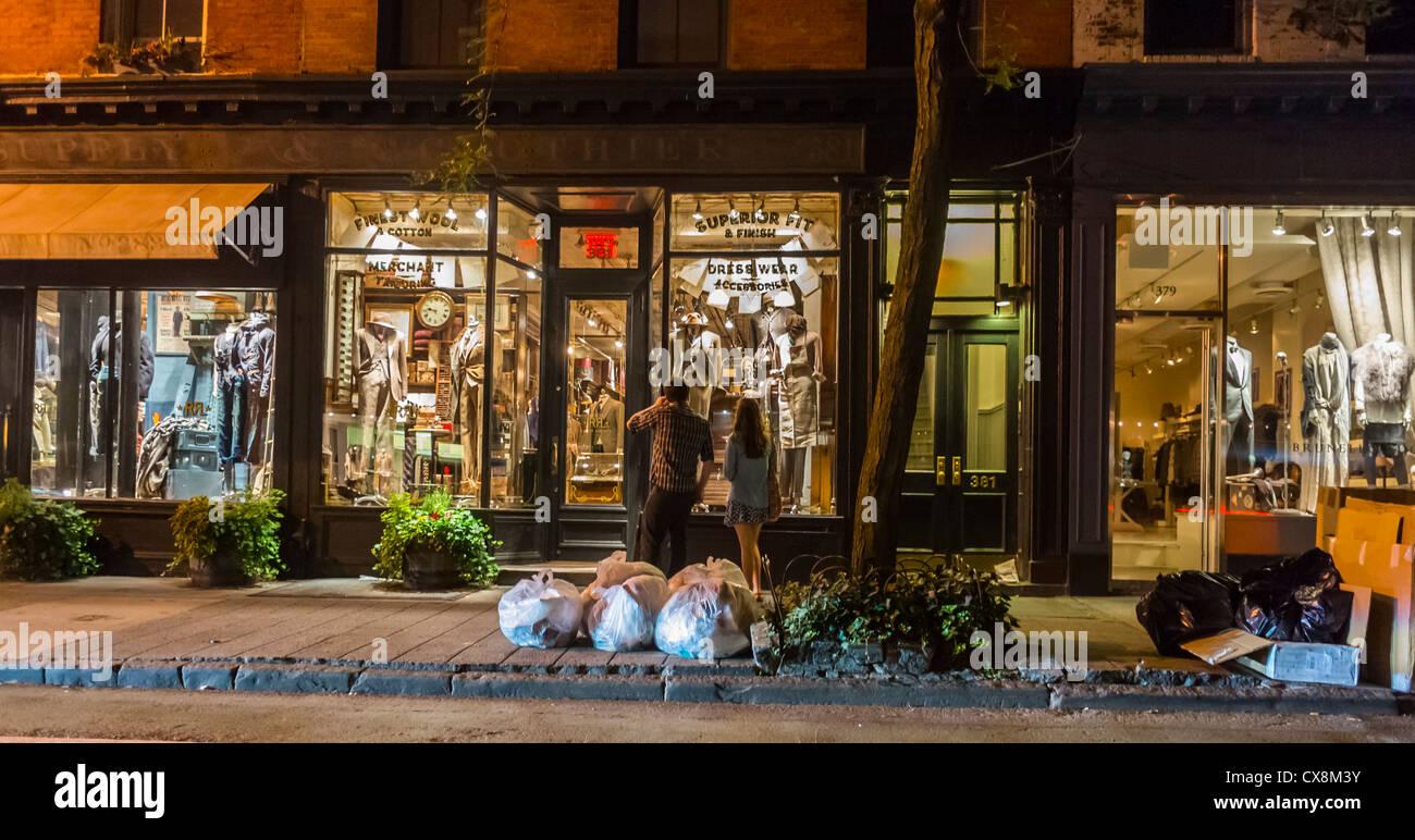 Ralph Lauren City Laukku : New york city ny usa couple front window at night