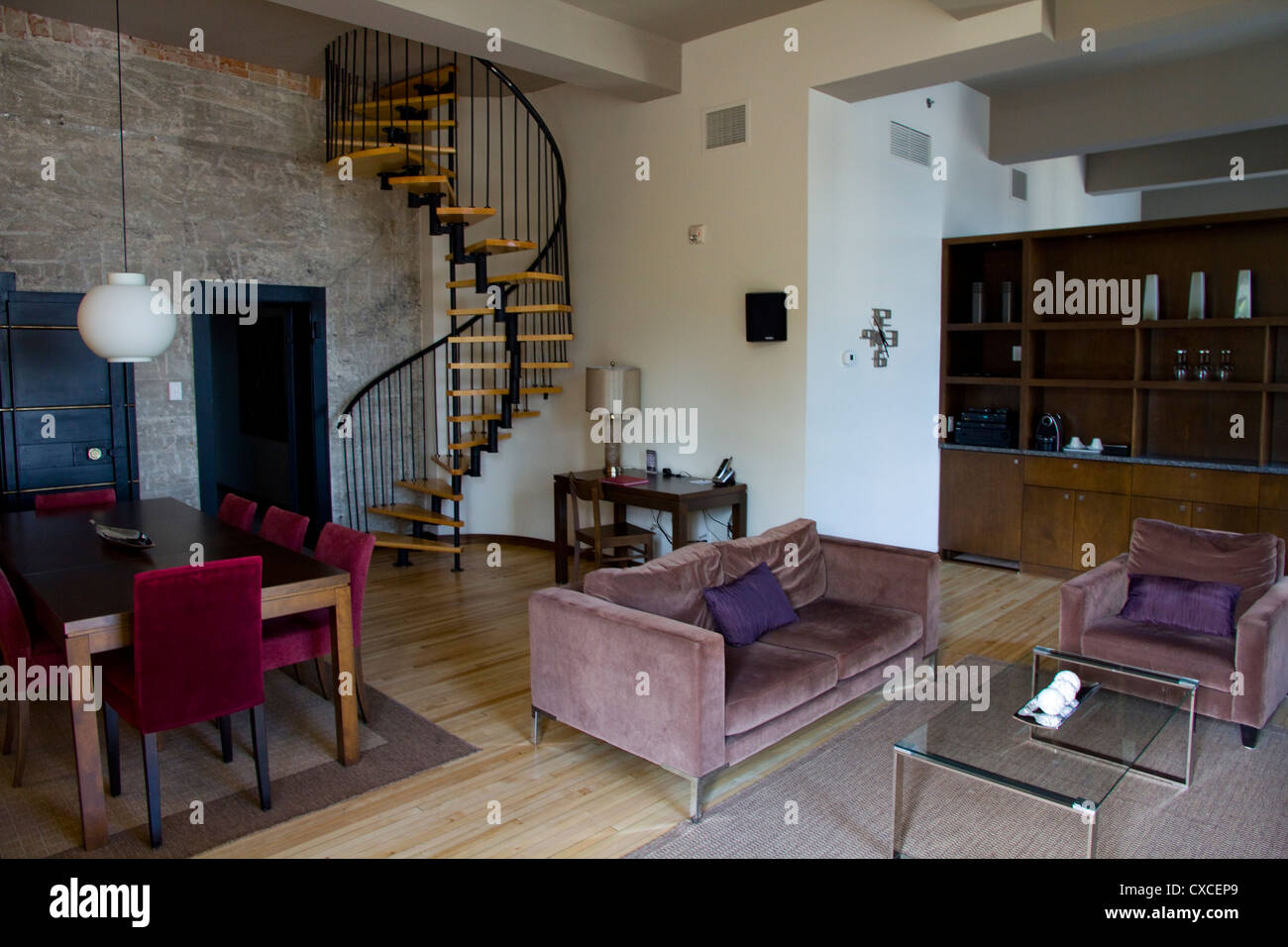 Spiral staircase hotel 71 suite quebec city canada for Design hotel quebec city