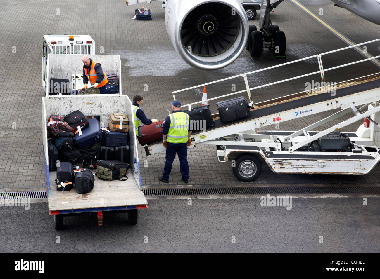 Baggage Handlers Loading United Airlines Boeing 757 At