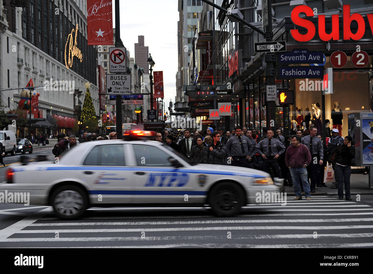 Street scene with a police car of the nypd new york for Bureau new york