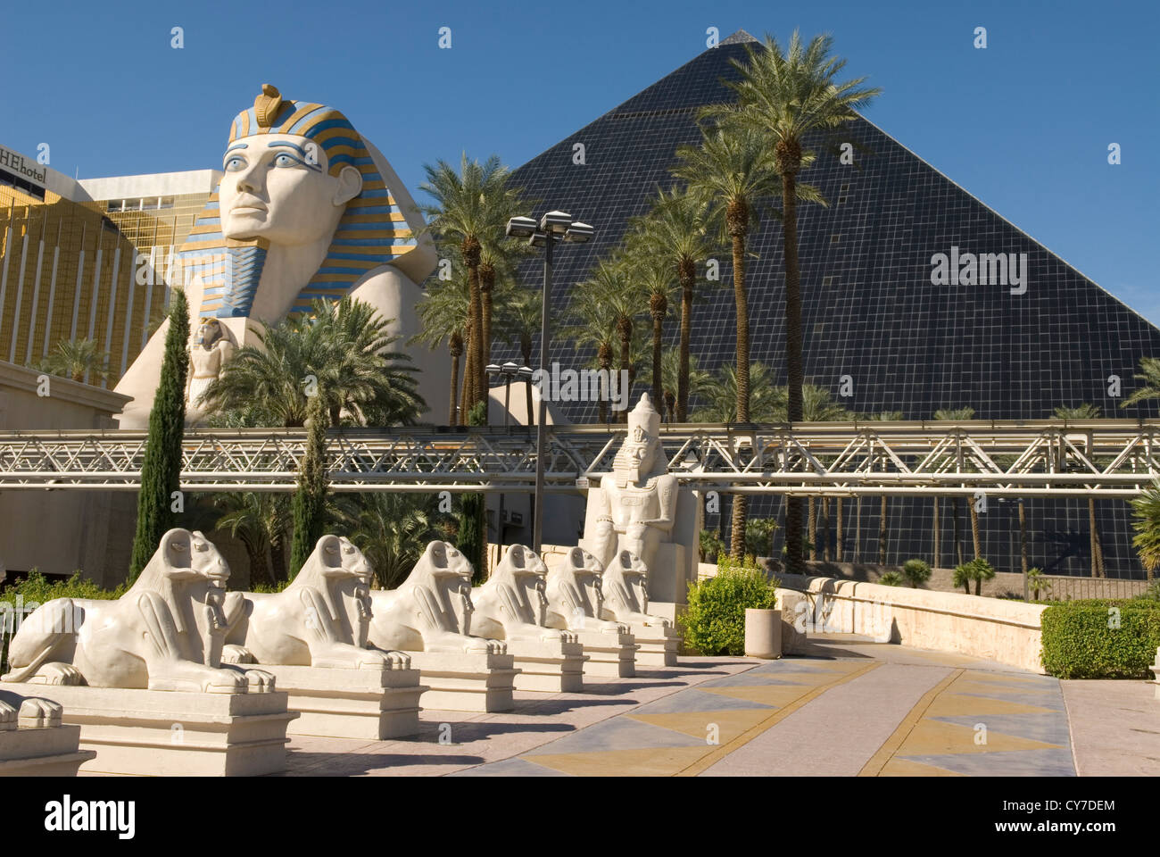 Egyptian sculptures and sphinx statue at luxor hotel and for Garden statues las vegas nv