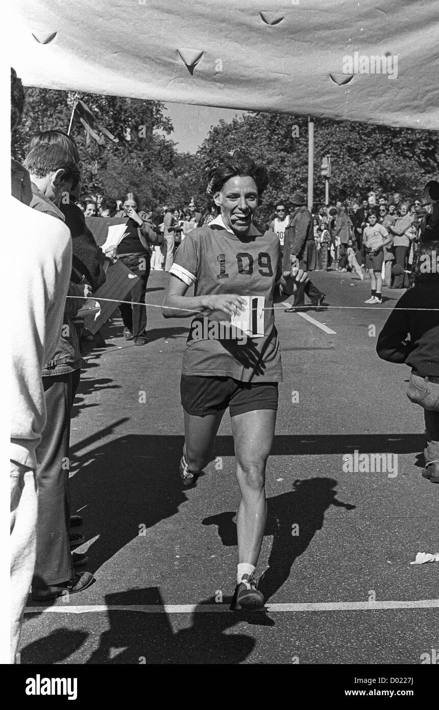 New york usa 11th nov 2015 telephone bidders stand in front of the - Nina Kuscsik Winning The 1972 New York City Marathon In Central Park Stock Image