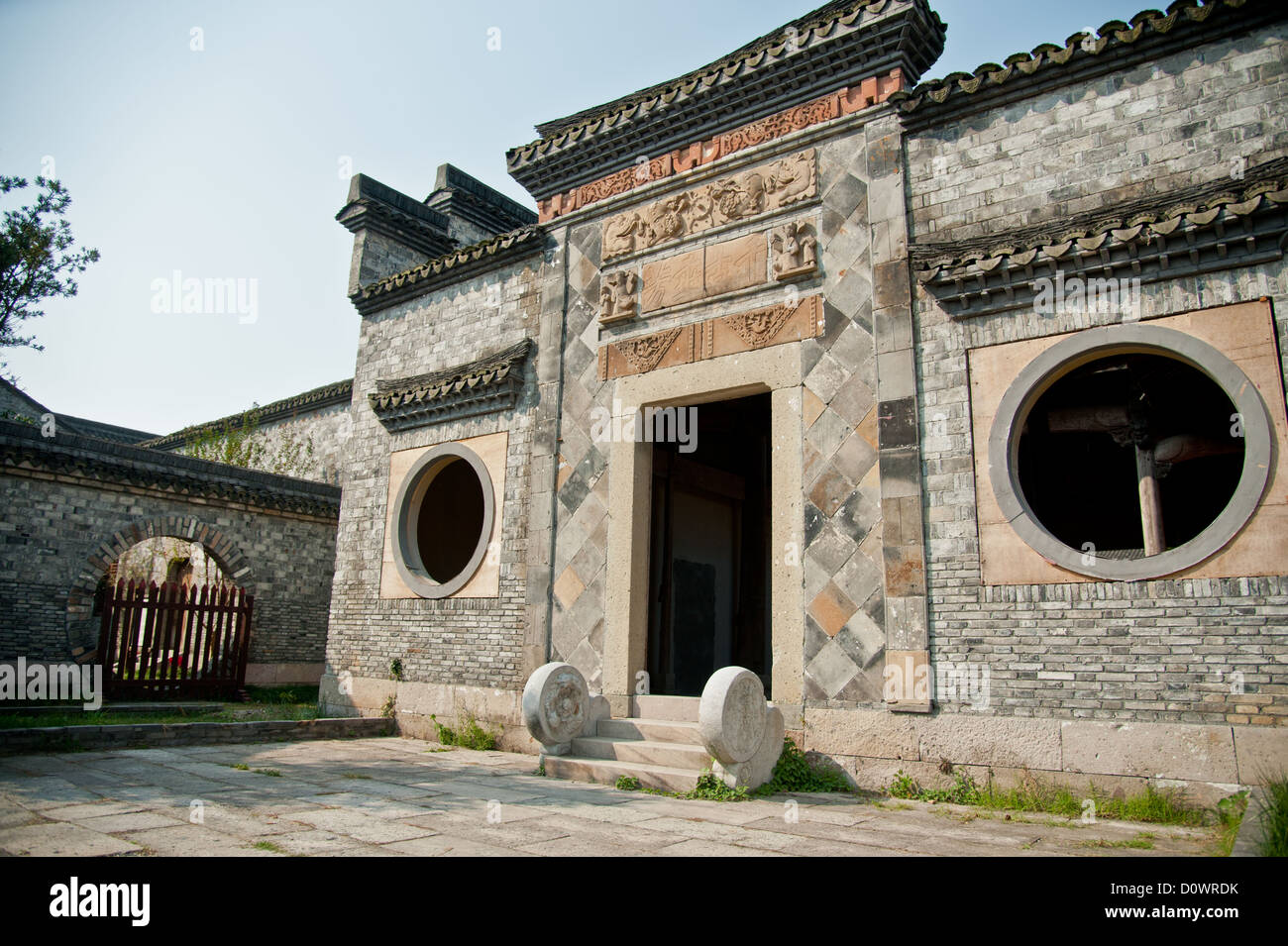 [GAMEPLAY] Book of Kings - Página 13 An-old-traditional-chinese-brick-house-with-carved-beams-and-eaves-D0WRDK