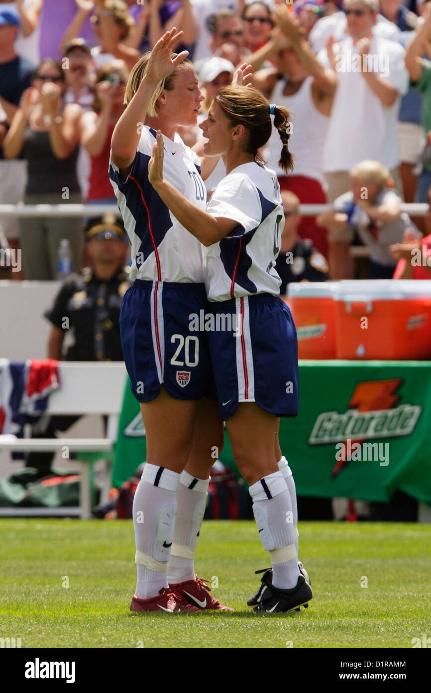 abby wambach l and mia hamm r of the united states celebrate
