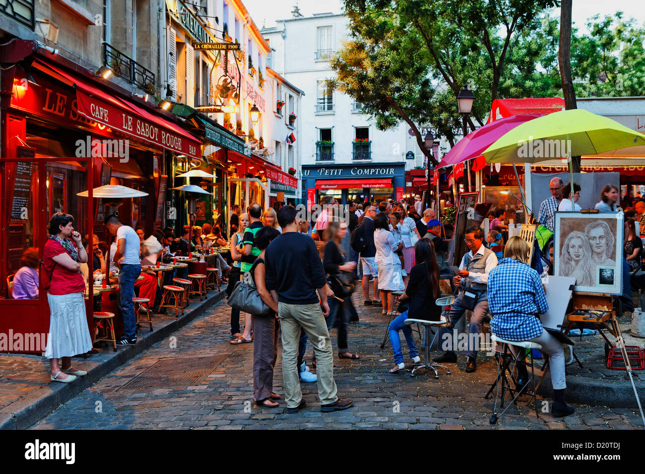 People in restaurants at the square place du tertre for Miroir restaurant montmartre