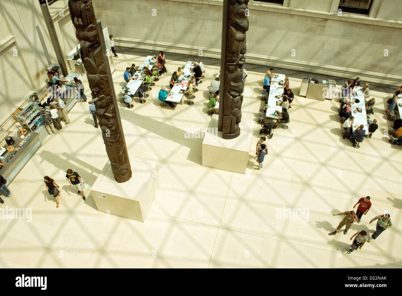 Foyer Museum London : People gathering and walking the main foyer at british museum