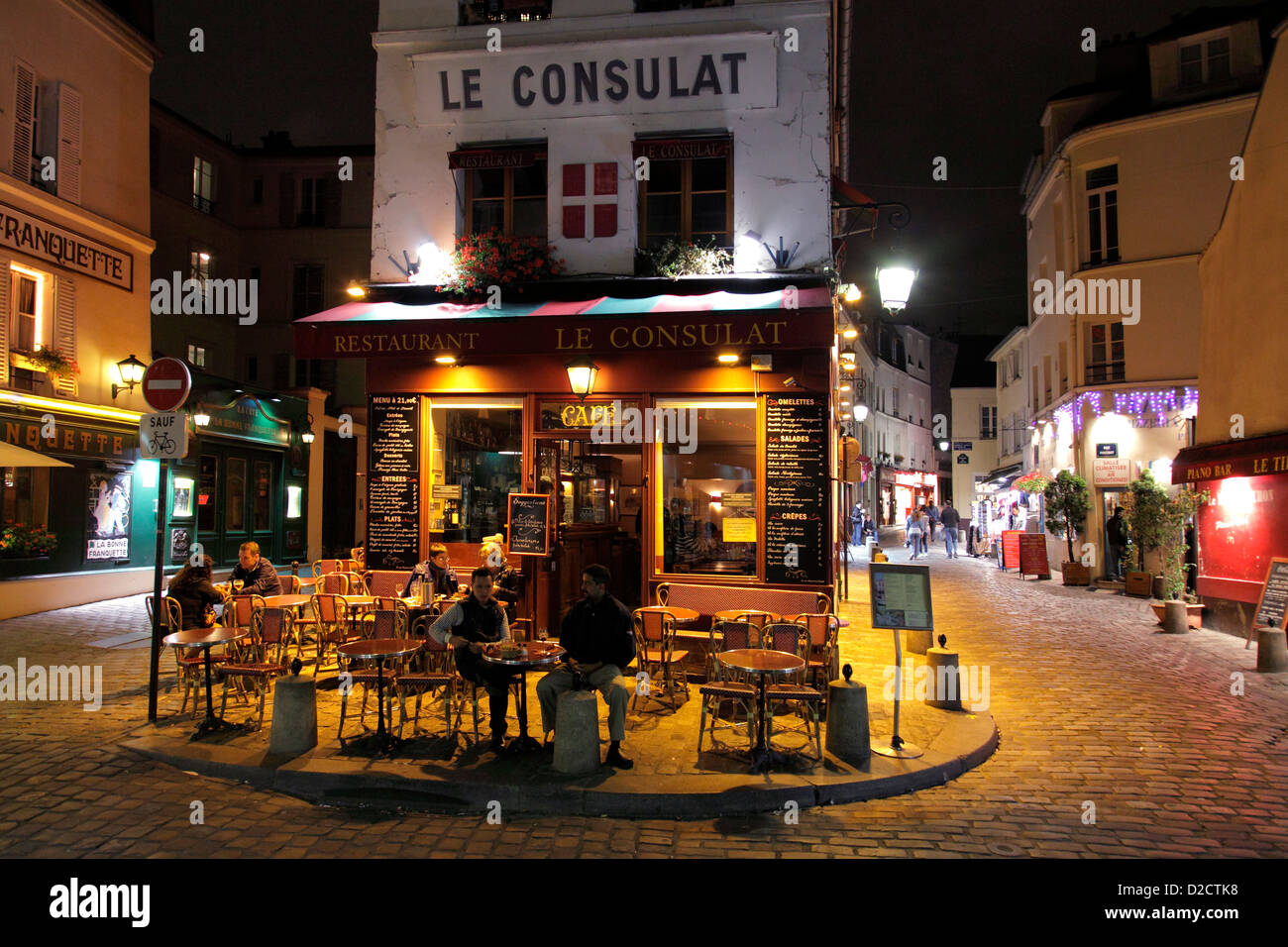Restaurant and caf le consulat in montmartre at night for Le miroir restaurant montmartre