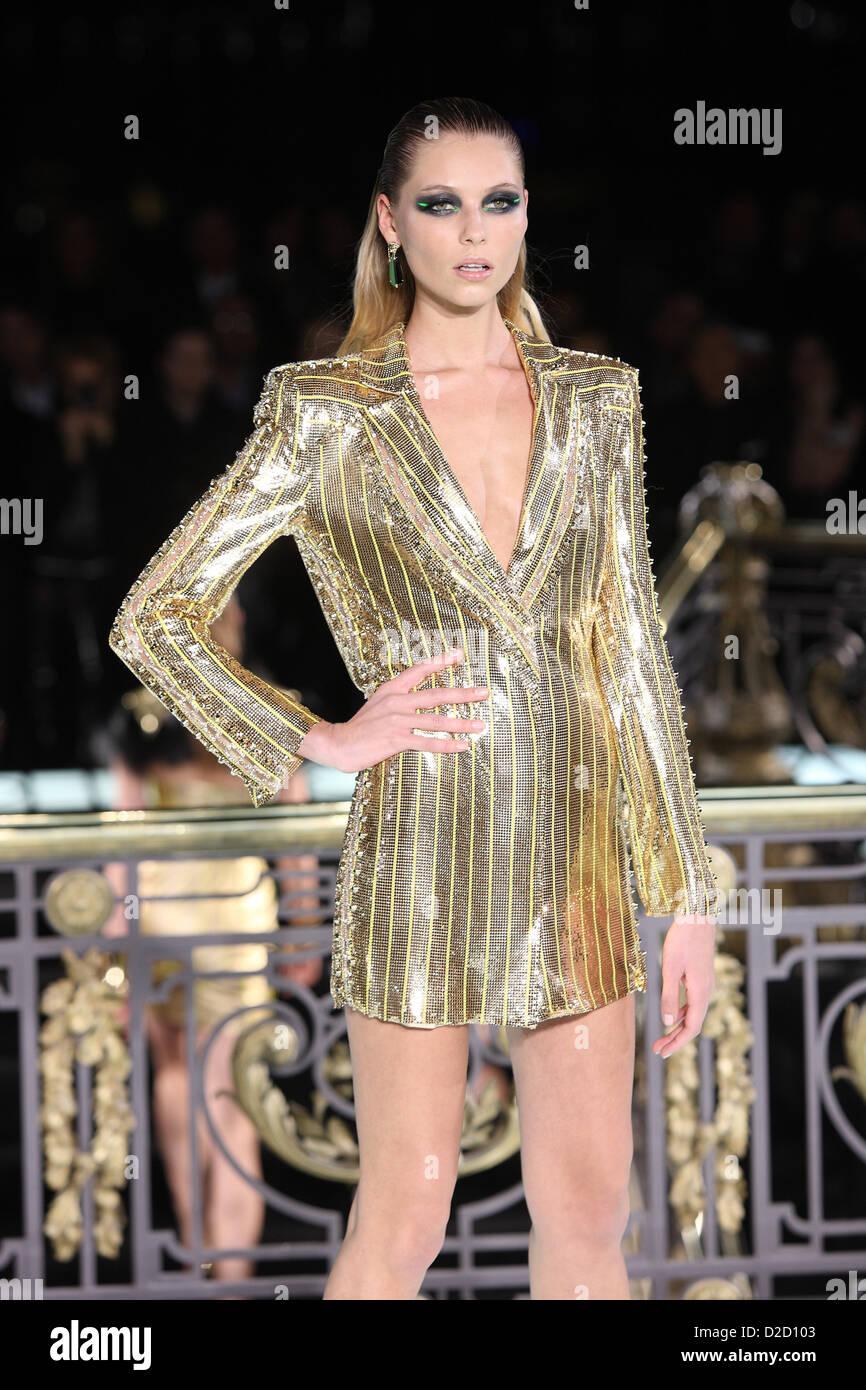 A model wears a creation by italian designer donatella - Mobeldesigner italien ...