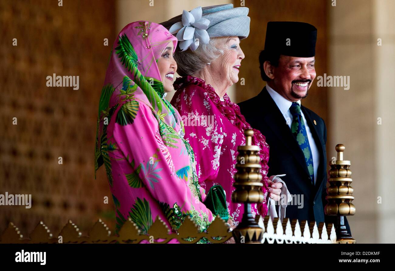 Sultan Hassanal Bolkiah of Brunei (R) and his wife ...