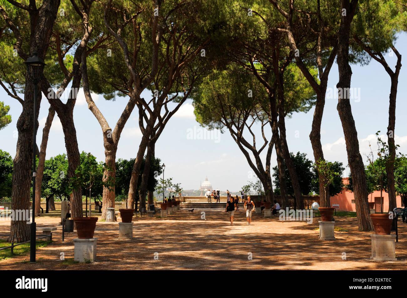 Aventino rome tourists walking through the shady oasis giardino stock photo 53296724 alamy - Giardino degli aranci frattamaggiore ...