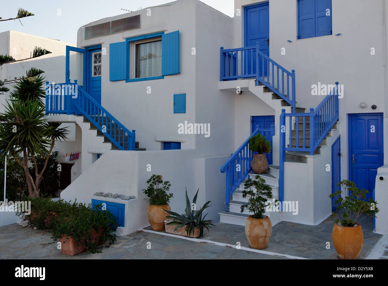 Mykonos cyclades grecce white washed house with a blue for Blue and white house