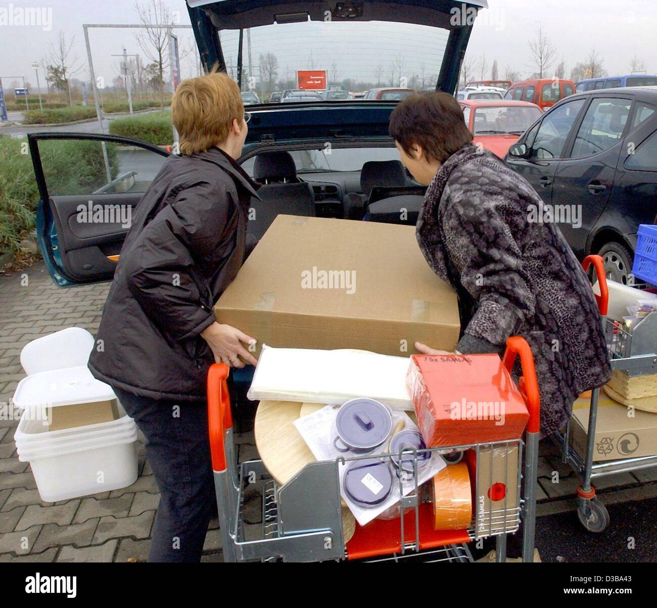 dpa two women are loading their car with flat packed. Black Bedroom Furniture Sets. Home Design Ideas