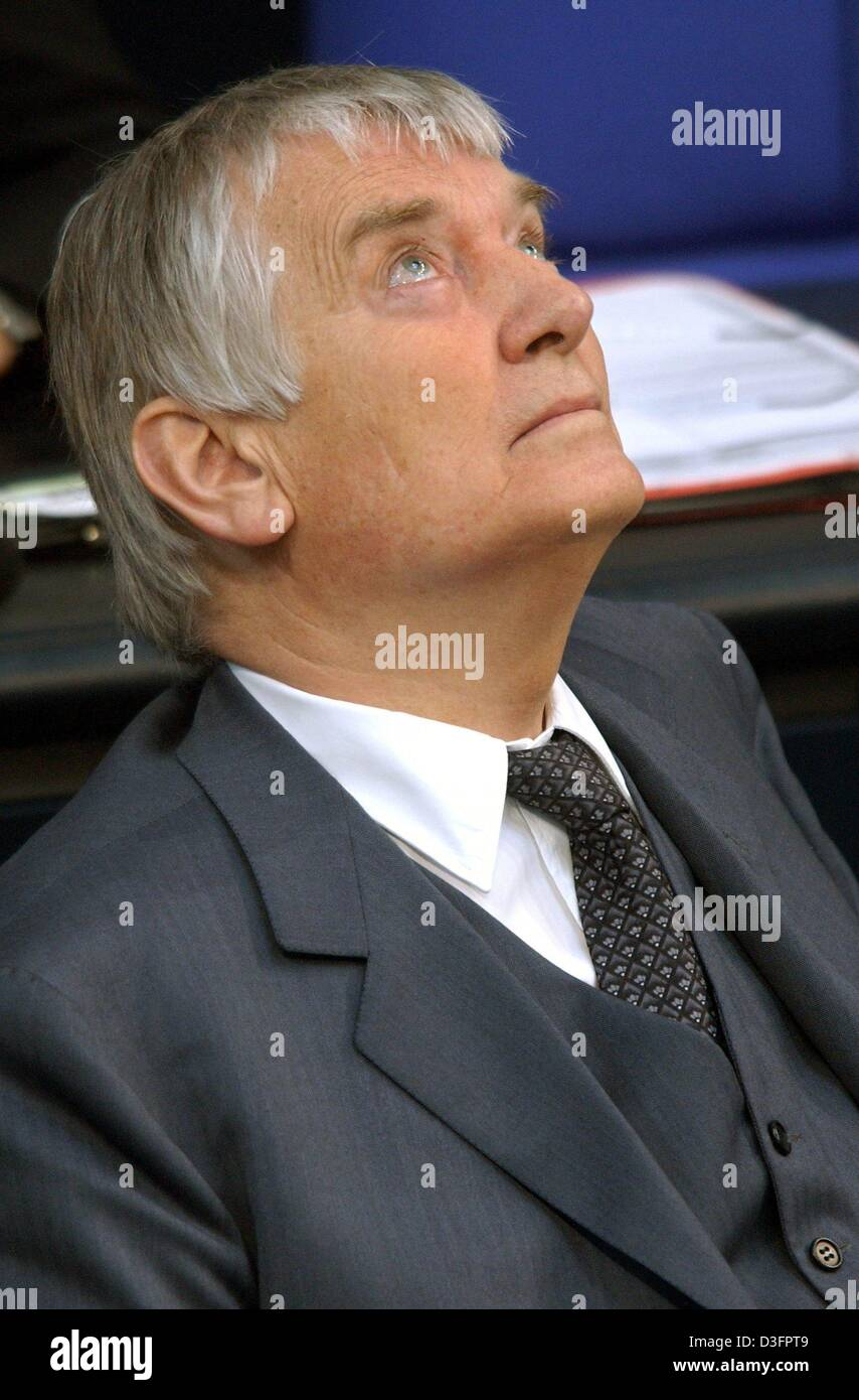 (dpa) - German Interior Minister Otto Schily looks up at the cupola of the