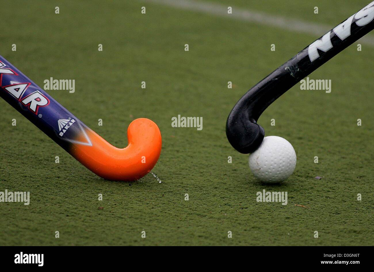 (dpa) Two sticks fight for the ball during a field hockey ...