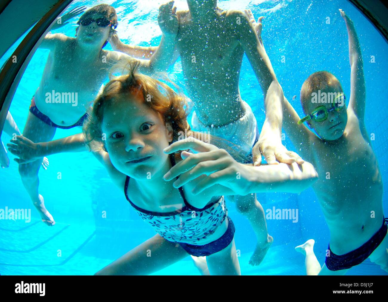 Darmstadt Swimming Pool dpa divers look throug a basin s pane at the muehltalbad in