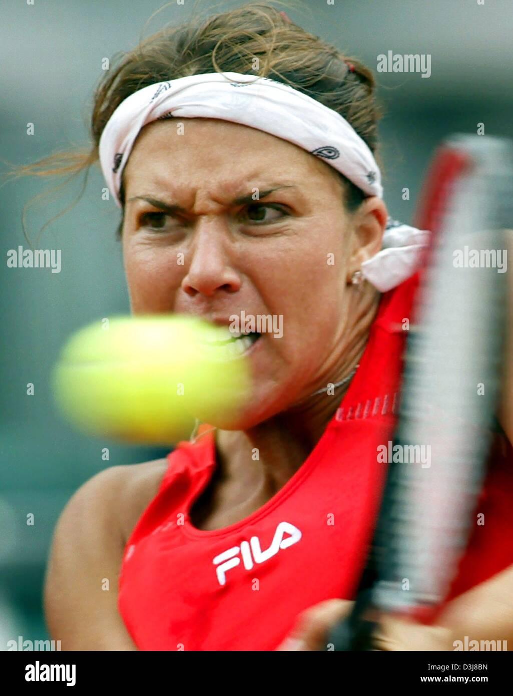dpa US tennis player Jennifer Capriati returns the ball in the