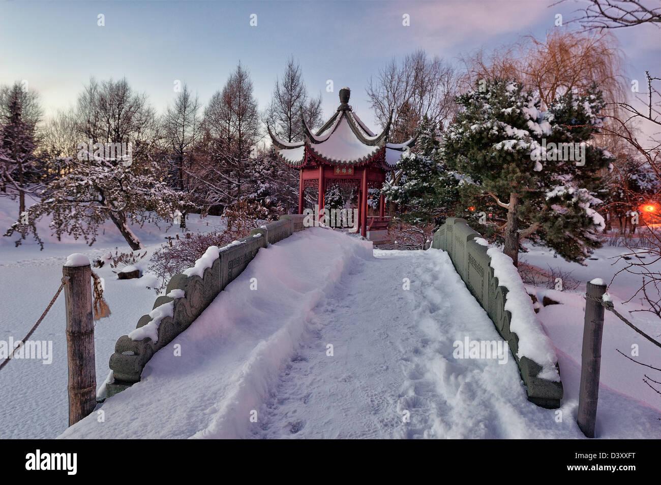 Montreal botanical garden at dusk in winter jardin for Jardin botanique hiver 2015