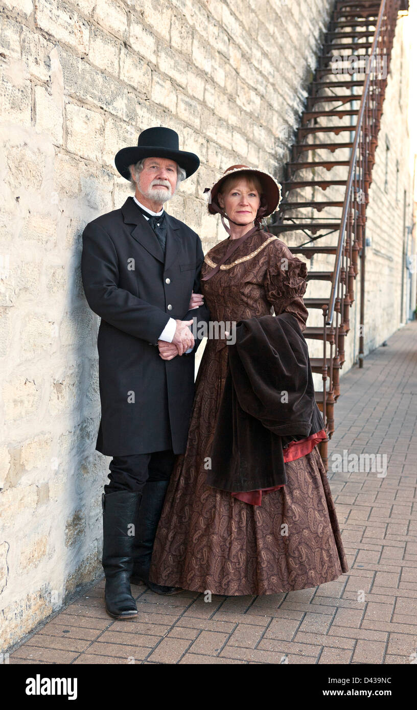 pioneer woman clothing. man and woman in typical 1800s western clothing - stock image pioneer l