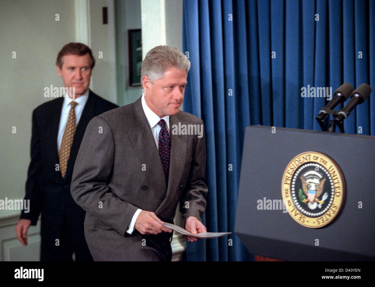 US President Bill Clinton walks to the podium in the Briefing Room of the  White House November 15, 1998 in Washington, DC. Clinton announced that he  called ...