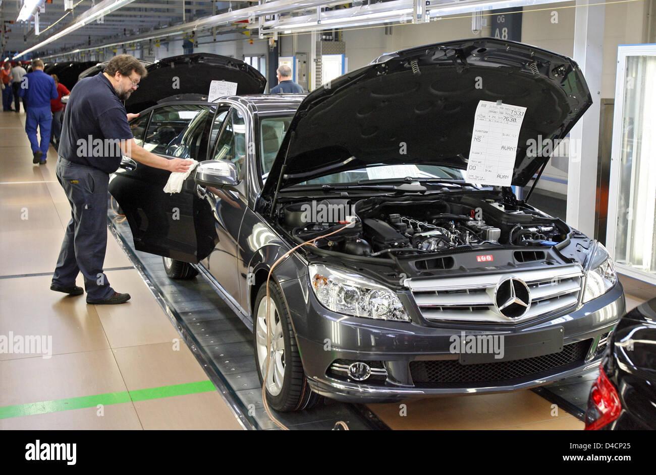 Employees of daimler assemble mercedes benz c class cars for Mercedes benz employees