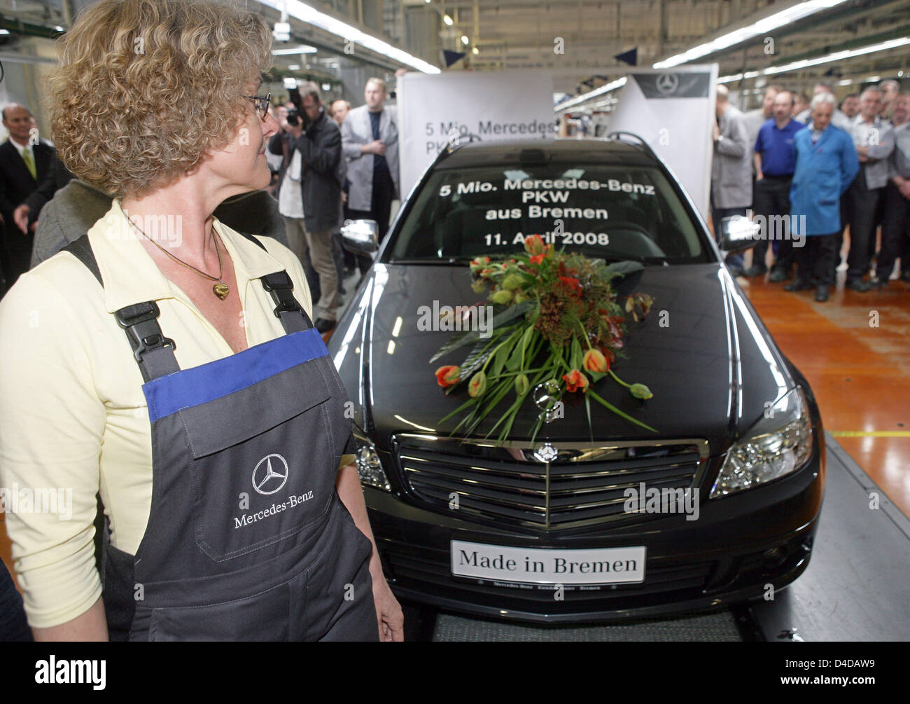 Staff of the mercedes benz plant in bremen celebrate the for Mercedes benz of chandler staff