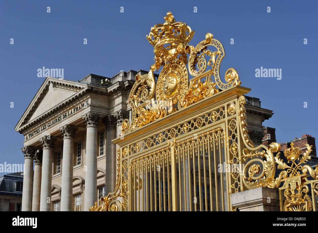 gate ornate with golden design in front of versailles. Black Bedroom Furniture Sets. Home Design Ideas
