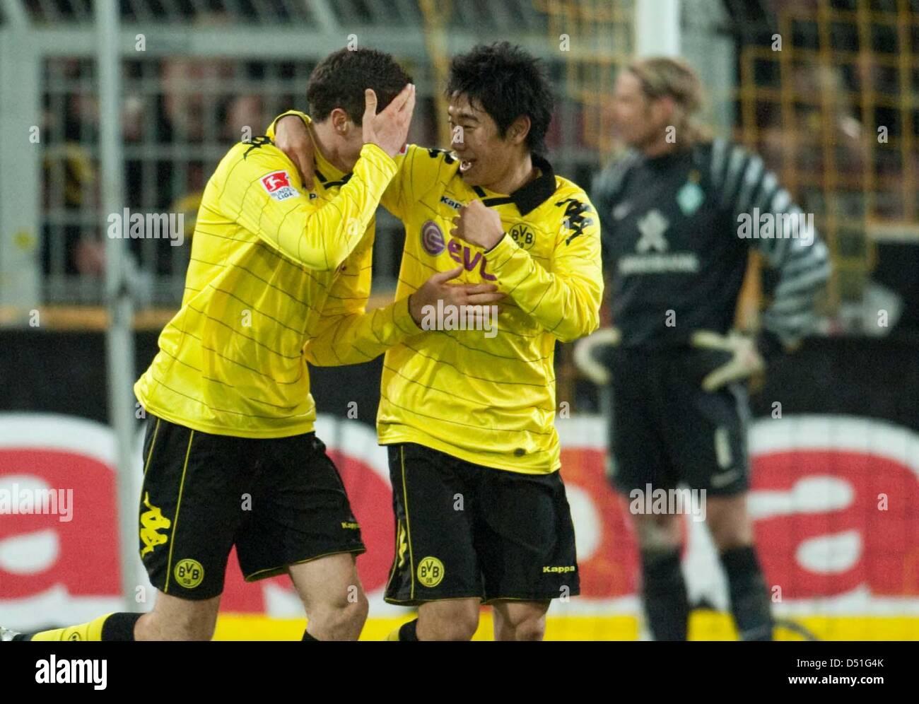 Dortmund s Shinji Kagawa C and Robert Lewandowski cheer after