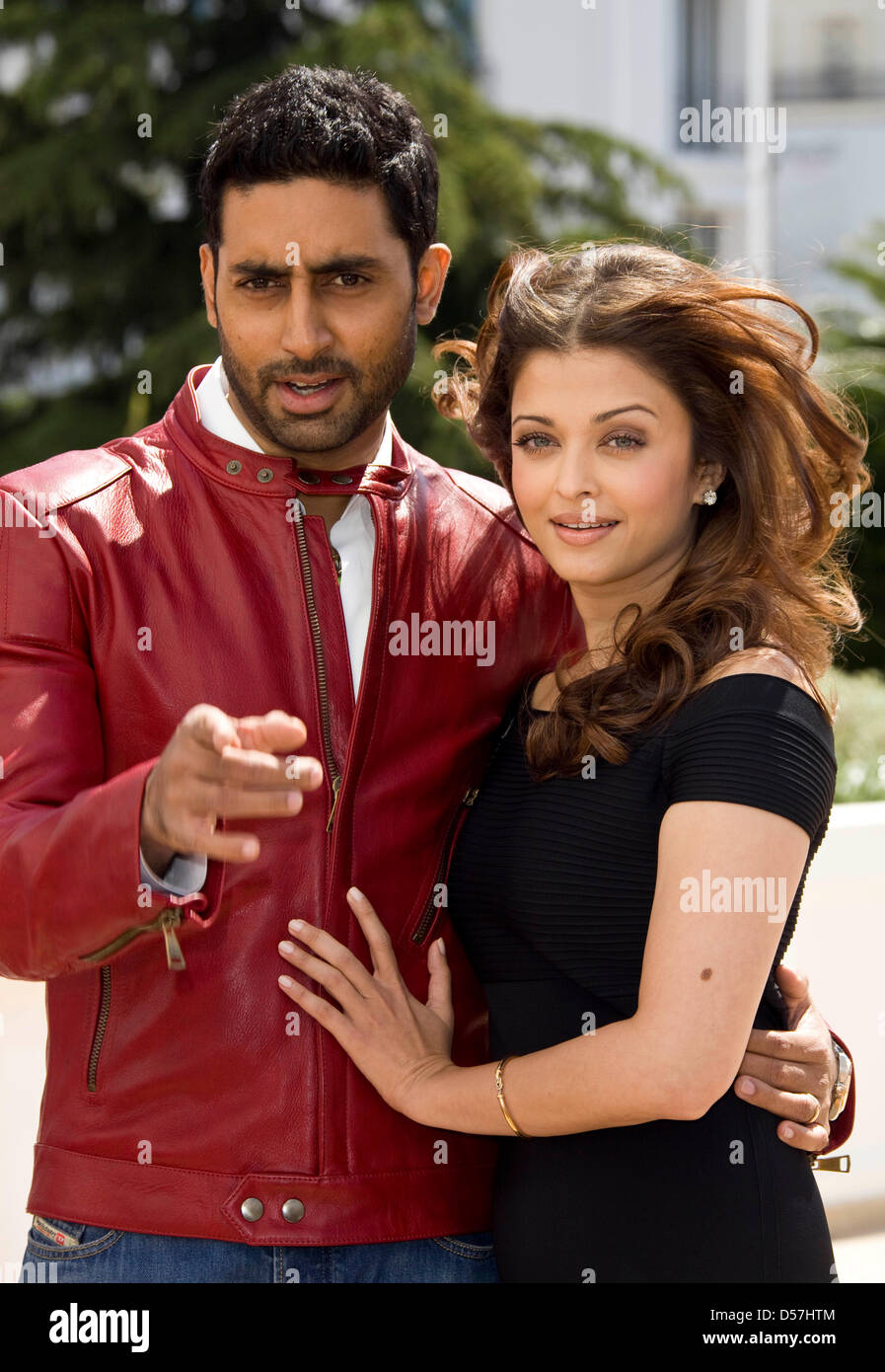 Indian actors Abhishek Bachchan (L) and Aishwarya Rai Bachchan ...